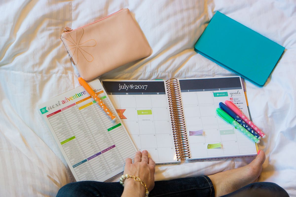 Erin Condren Snap-in travel dashboard | Hardbound planner and notebooks | 4 stylish tips for staying organized while traveling | erin condren coupon code | petite fashion and style blog